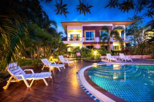 The swimming pool at or close to The One Cozy Vacation Residence