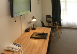 A television and/or entertainment center at Ballina Byron Islander Resort and Conference Centre