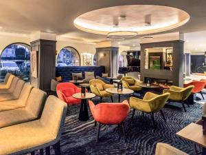 The lounge or bar area at Hotel De Bourbon Grand Hotel Mercure Bourges