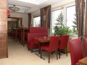 Ein Restaurant oder anderes Speiselokal in der Unterkunft Burg-Hotel