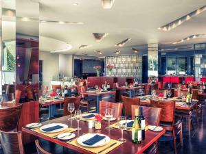 Un restaurante o sitio para comer en Mercure Santiago Centro