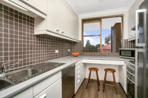 A kitchen or kitchenette at Sunny and Spacious Two Bedroom Apartment - SPF13