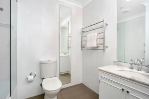 A bathroom at Sunny and Spacious Two Bedroom Apartment - SPF13