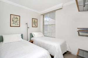 A bed or beds in a room at Sunny and Spacious Two Bedroom Apartment - SPF13