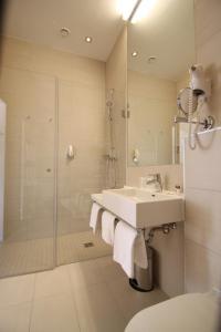 Ein Badezimmer in der Unterkunft Kaiser von Österreich, Historik- und Thermalhotel