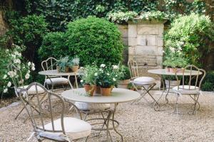 A porch or other outdoor area at La Maison du Village