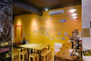 A restaurant or other place to eat at Flip Flop Hostel - Main Station
