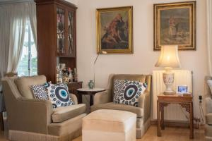A seating area at Luxurious apt in the Athenian Riviera