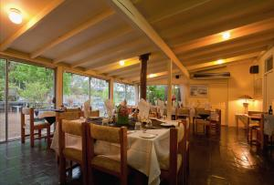 A restaurant or other place to eat at Ferndale Country Retreat