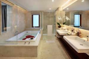 A bathroom at Royal Kamuela Villas & Suites at Monkey Forest Ubud