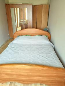 Кровать или кровати в номере Apartment on Rokossovskogo 11