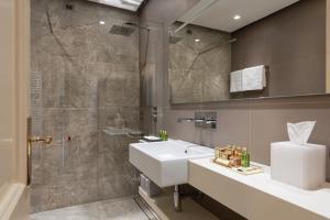 A bathroom at Hotel Villa Del Sogno