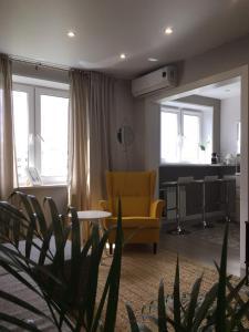 Гостиная зона в Апартаменты на Менделеева