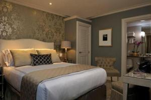 A bed or beds in a room at Hotel Veritas
