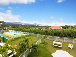 かりゆしコンドミニアムリゾート 本部憩いの宿やまちゃんの敷地内または近くにあるプールの景色