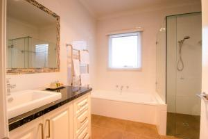 A bathroom at Lithgow Falls Marysville