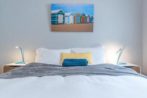 A bed or beds in a room at Beach Retreat