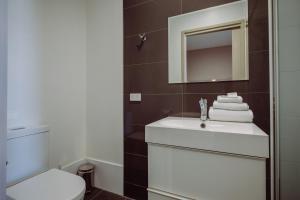 A bathroom at Crossroads Hotel