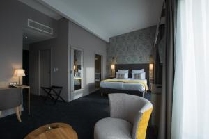 A bed or beds in a room at James Boutique Hôtel