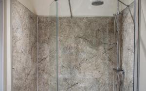 A bathroom at RossMor Bed & Breakfast