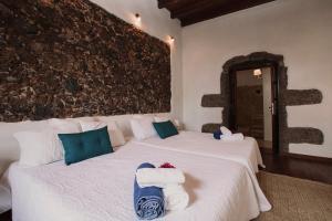 A bed or beds in a room at Hotelito Rural Flor de Timanfaya