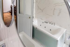 A bathroom at L'esprit du 8