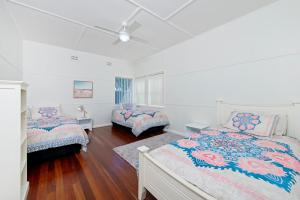 A bed or beds in a room at Central N Surf