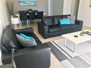A seating area at Solnamara Beachfront Apartments