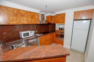 A kitchen or kitchenette at Bond 1603