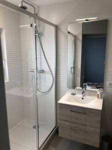 A bathroom at Appartement vue mer refait à neuf