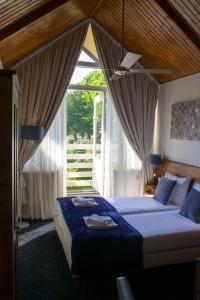 Een bed of bedden in een kamer bij Hotel Hartlief
