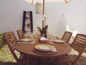 A restaurant or other place to eat at casa d`arte-nazaré