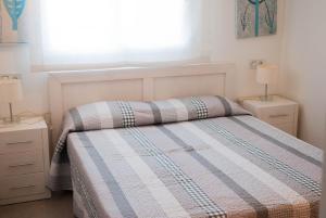 A bed or beds in a room at Apartamentos Veneziola Golf II