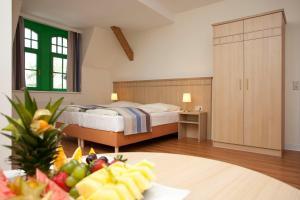Ein Bett oder Betten in einem Zimmer der Unterkunft Gutshaus Am Schloss Klink