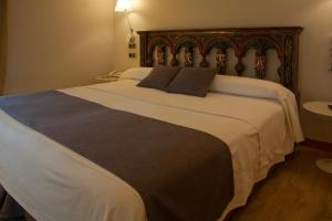 A bed or beds in a room at Hospederia Chapitel