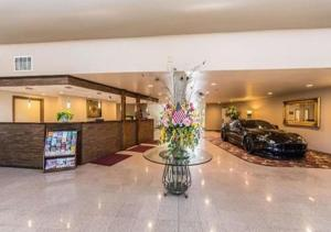 The lobby or reception area at SureStay Plus Hotel by Best Western Bakersfield North