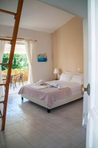 Ένα ή περισσότερα κρεβάτια σε δωμάτιο στο Heracles Guesthouse