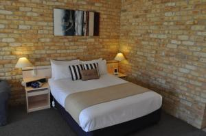 A bed or beds in a room at Mollymook Surfbeach Motel & Apartments