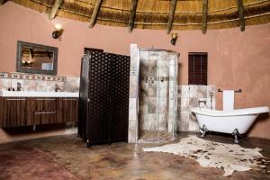 A bathroom at Dzata Private Game Lodge