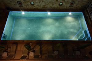 Widok na basen w obiekcie Kiwi Hotel lub jego pobliżu