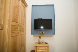 A television and/or entertainment centre at Shark Homestay