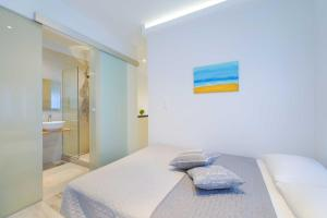 A bed or beds in a room at Kalliston Beach Apartments
