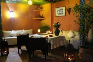 A restaurant or other place to eat at Riad Alida
