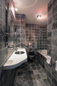 A bathroom at Dutch Masters Short Stay Apartments