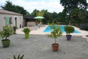 The swimming pool at or near Une Chambre à la Campagne