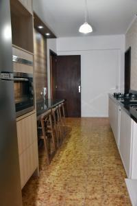 A kitchen or kitchenette at Muito espaco no Moinhos