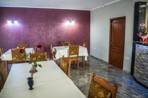 A restaurant or other place to eat at Pensiunea Christiana
