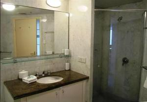 A bathroom at Quay West 2208