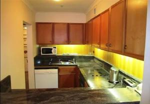 A kitchen or kitchenette at Quay West 2208