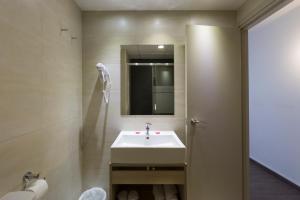 Een badkamer bij Medplaya Aparthotel Esmeraldas